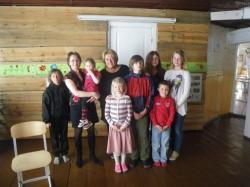 Koolilapsed külalistega