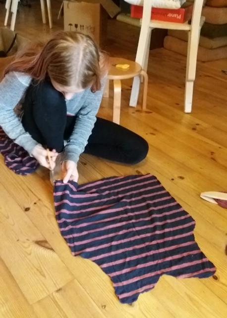 6715a63aec4 5. ja 6. klassi tüdrukud alustasid täna rahvamaja telgedel kaltsuvaiba  kudumist.