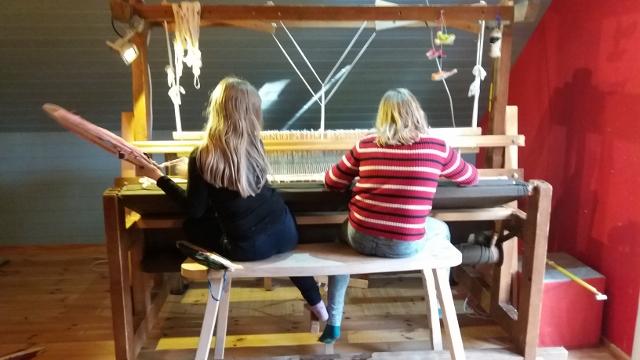 bfe3a760bc8 5. ja 6. klassi tüdrukud alustasid täna rahvamaja telgedel kaltsuvaiba  kudumist. Helene Liisa neljakesi reas Karmen ja Iti