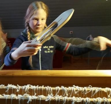 4d17afc3e26 5. ja 6. klassi tüdrukud alustasid täna rahvamaja telgedel kaltsuvaiba  kudumist. Helene Liisa neljakesi ...