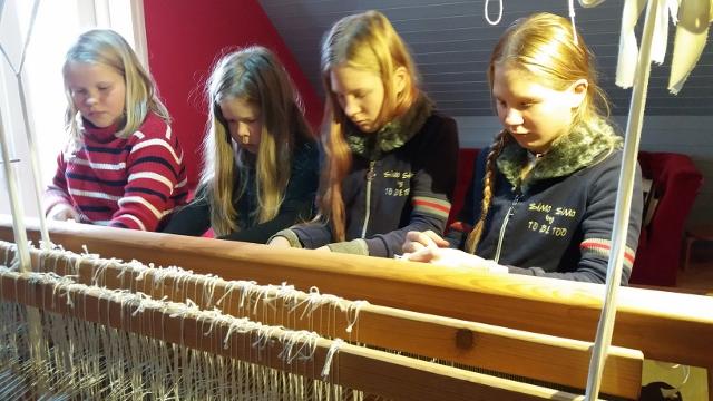 75d7f528308 5. ja 6. klassi tüdrukud alustasid täna rahvamaja telgedel kaltsuvaiba  kudumist. Helene Liisa neljakesi reas ...